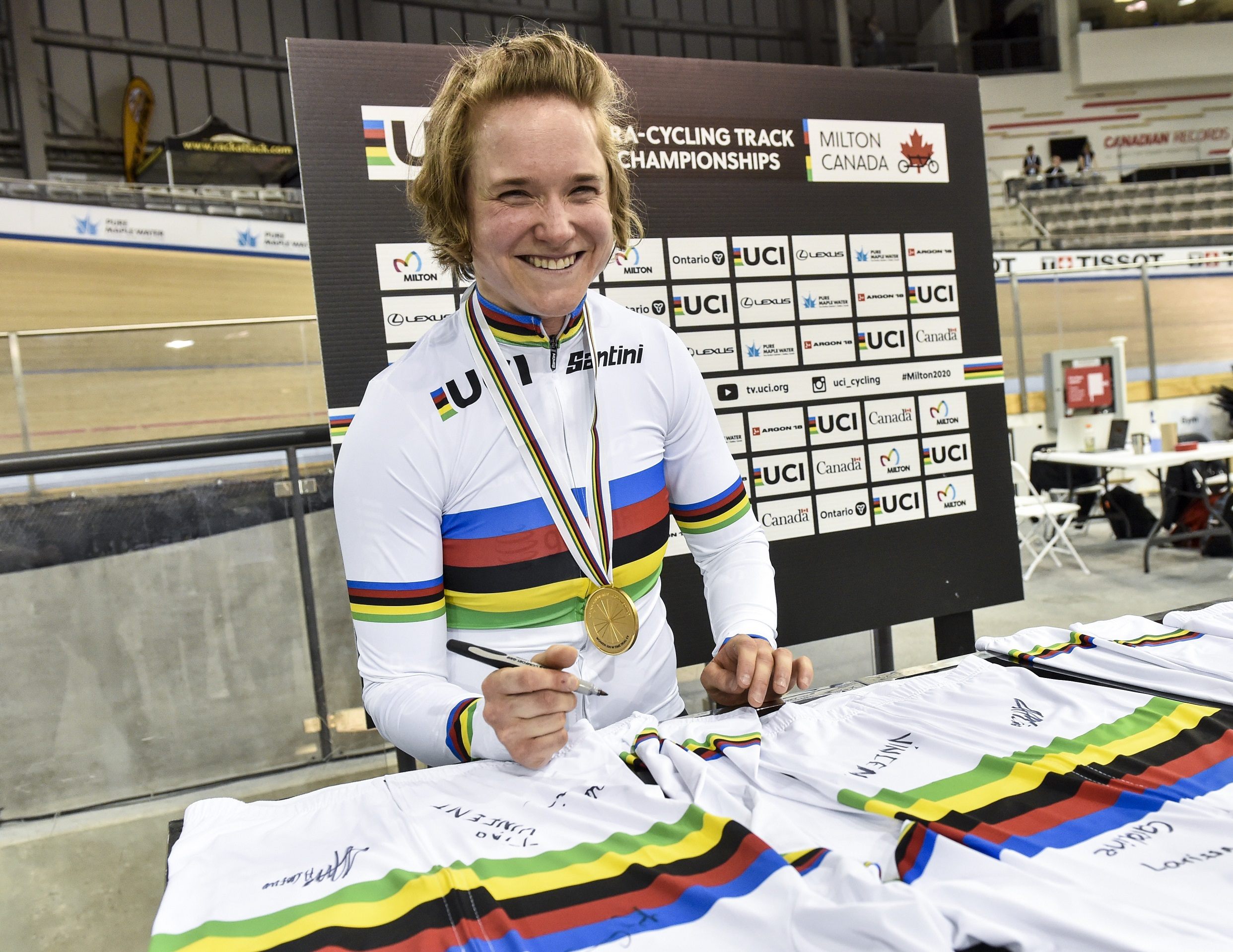 Kate O'Brien signs a rainbow jersey after winning gold at the 2020 UCI Para Cycling Track World Championships