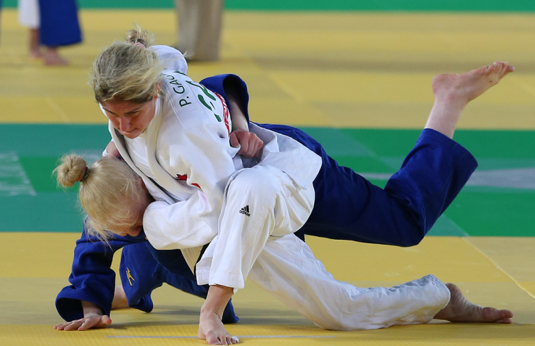 Priscilla Gagne trying maneuvering her opponent to the ground in Rio in Judo